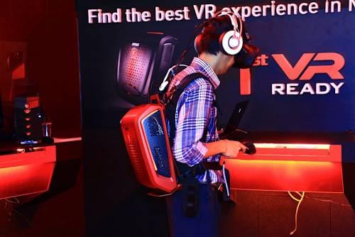 msi VR Backpack電競主機背包 體驗VR虛擬實境時可隨處移動 不受電線限制