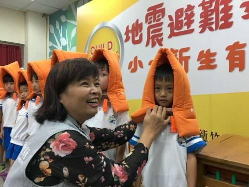 【仿照日本】第三年了!新竹市所有小一學童都有這個多功能防災頭套