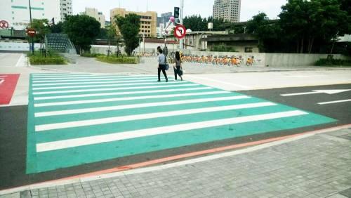【大改造】新竹市全國首創大面積 高防滑係數彩色防滑舖面!讓新竹轉運站更安全