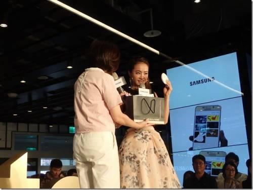 Samsung Galaxy Note 5 全球首賣 蔡依林親手交機