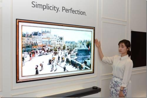 這電視真的很柔軟 LG Signature OLED TV W 動眼看