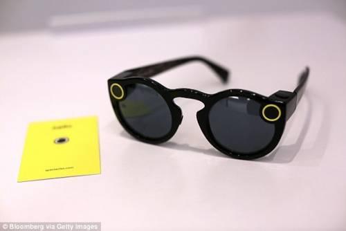 Spectacles太陽眼鏡導入AR擴增實境 實現恐龍在街頭上逛街的景象