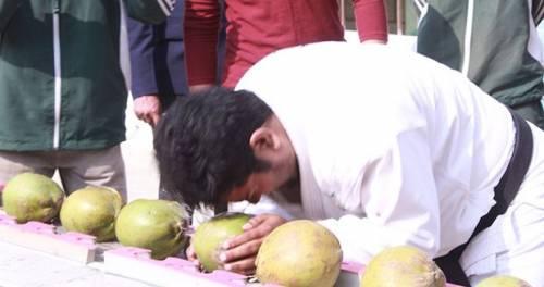 [世界之最] 鐵頭功發威!在1分鐘內敲碎43顆椰子
