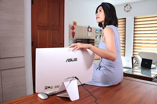 ASUS Vivo AiO V241IC 動手玩 簡約優雅 2mm 極窄邊框 88 螢幕屏佔比 無邊視野