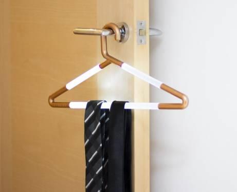 Hang Up Light 衣架夜燈 讓你能在衣櫥內輕鬆找衣服