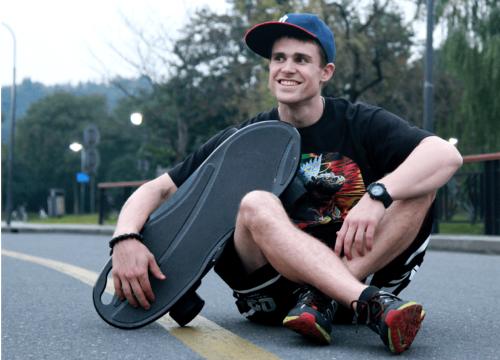 金剛智慧電動 滑板 讓你像柯南一樣用滑板代步