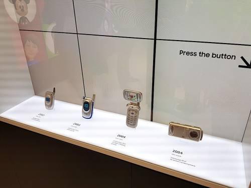 三星 在MWC 2018展區中設立經典手機回顧專區