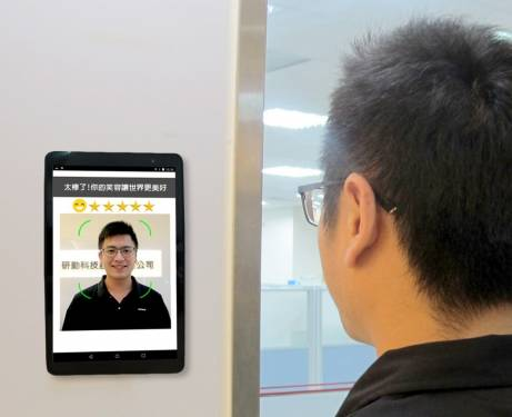ipapago PAKKA 帕卡人臉考勤系統推出『微笑打卡』笑得不夠開心無法簽到!