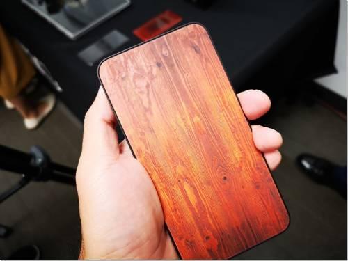 木紋彩繪背蓋沒什麼?康寧讓你摸到木紋