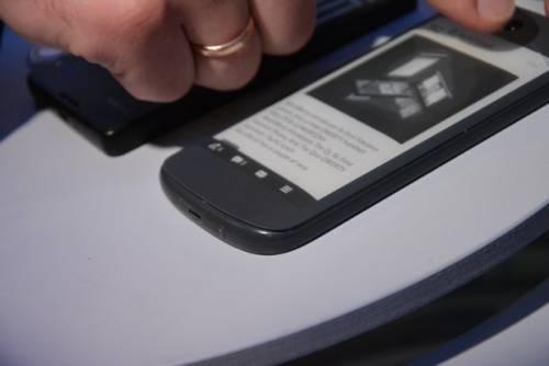 雙面手機Yotaphone二代機登場!AMOLED+E-Ink 螢幕超吸睛
