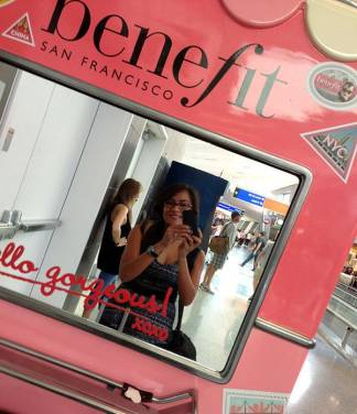 Benefit Cosmetics Beauty Kiosks 可愛的無人化妝品銷售巴士