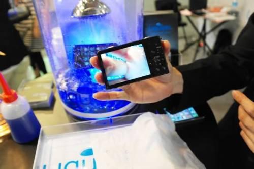 是什麼樣的技術讓手機泡在水裡也可以用